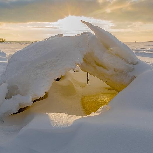 Solens lyste igenom isgrottan.